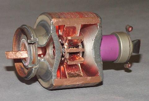 Почему металл сверкает в микроволновке? 2