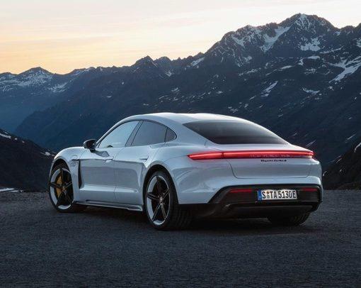 Porsche представила свой первый серийный электромобиль Taycan 3