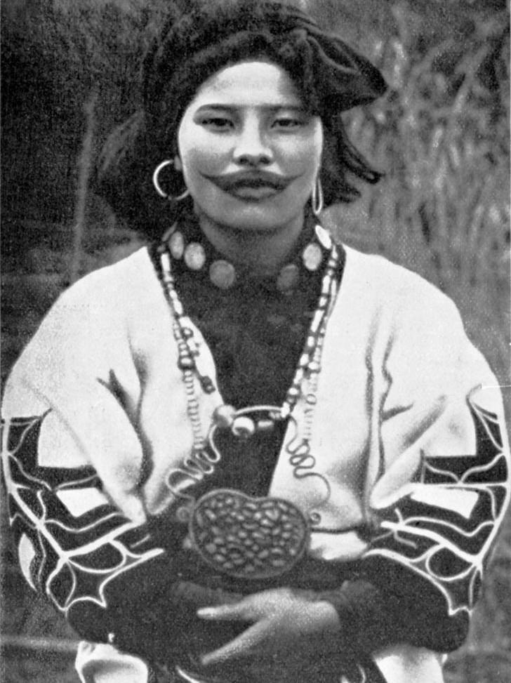 «Улыбка Джокера»: зачем женщины народа Айну делали татуировку-улыбку на лице 4